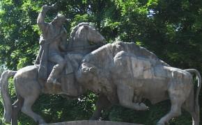 "Monumentul statuar ""Dragos Voda si Zimbrul"" – Campulung Moldovenesc"