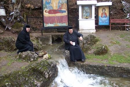 Izbucul De La Călugări Ponoare Obiective Turistice Harta Romaniei